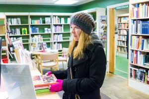 Kim Åström lånar böcker för sista gången. Hon tycker att kommunen är dålig på att prioritera landsbygden: