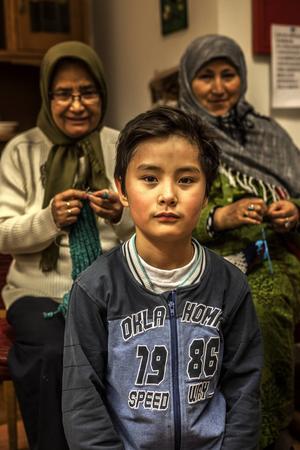 Drygt en timme in på kvällens träff kommer Taha, Masoumehs barnbarn in. Han hjälper gärna till när de förklarande orden från Perisiska till svenska och tvärtom tryter och gesterna inte når fram.