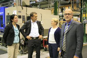 Nya vd:n, Martin Valfridsson, i förgrunden. Lotta Olsson, Peter Engberg och Lotta Finstorp diskuterar PartnerTechs verksamhet.