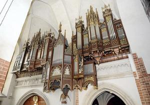 Kyrkan auktionerar ut en orgellektion till förmån för Musikhjälpen.