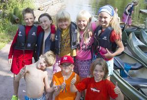 Barnen är nöjda med vildmarkslägret i Smörnäs.   Bakre raden från vänster: Alvin, Oliver, Sofia, Ronja och Frida   Främre raden från vänster: Magnus, Albin och Adrian