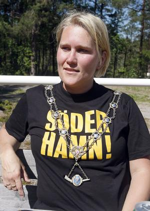 Helena Jansson med kedjan runt halsen – ett tag till.