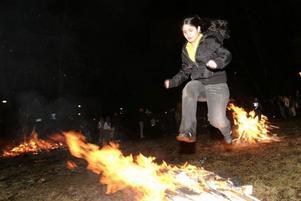 Att hoppa över eld är ett viktigt inslag i det iranska nyårsfirandet.  I kväll är det dags för årets eldfest  i Badhusparken. Foto: Jan Luthman