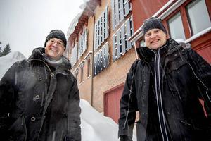 Jan Lindberg och Olle Bertilsson poserar framför 35 kvadrat solceller på länsmuseet från 1994. Mer ska det bli.