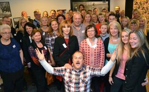 En jublande glad Matthew Anderson fick träffa alla sina släktingar, 51 personer, vid träffen i Moraparken på söndagskvällen. De samlades för att se tv-programmet Allt för Sverige tillsammans där Matthew var huvudpersonen.