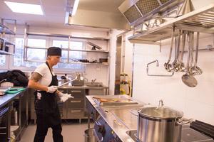 Tina Berg Dahlström,, erkänner att det inte är helt lätt att lära sig alla maskiner i köket.