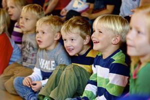 Barnen skrattade och levde sig in i sagan om de tre bockarna Bruse.