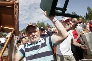 Massor av gamla pinnstolar gick för en billig penning då tredagarsauktionen efter samlaren och politikern Ivar Broberg drog igång på fredagen. Gunnar Bång och Börje Petters stod för utrop och visning av sakerna.