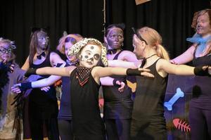 Dans. Musikalen innehöll mycket dans, bland annat ett härligt nummer där katterna och hundarna har en danstävling.