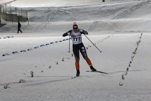 Moa Olsson på väg in mot målet och segern över fem kilometer i fri stil.