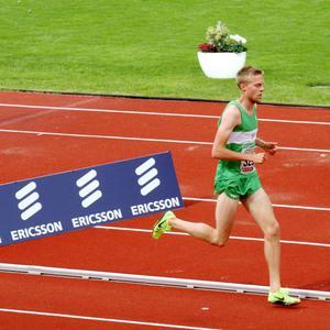 Trångsvikens Rasmus Grelsson går i mål i 5000-metersloppet på SM där han slutade åtta.