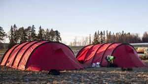 Ett tält får plats i ett fodral som är ungefär lika stort som en träningsväska.