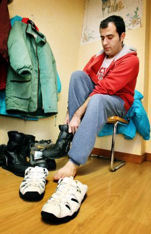 Vahid från Iran har varit i Sverige nästan tre månader och fortfarande har han inga vinterskor. Han har provat olika skor men hittar inga som passar.