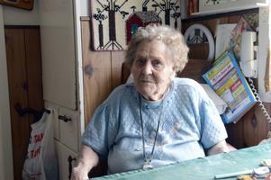 Hilma Magnusson är 97 år och fick tillbringa hela söndagen liggande på ett golv sedan hon fallit.