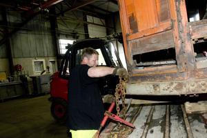 Anders Skoog surrar fast 1:ans spårvagn ordentligt på trailern inför flytten av vagnen.
