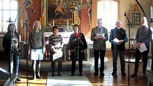 En bykör bestående av från  vänster Anna Yngbäck, Anette Vestlund, Eva Erkers, Eva Barrsved, Torbjörn Rönnbäck, Helmut Ossendorf, och Magnus Warg sjöng under högmässan.