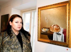 Jeanette Hennum ställer ut sina oljemålningar på gallerian vid Solgårdsplatsen i Kumla. BILD: SAMUEL BORG