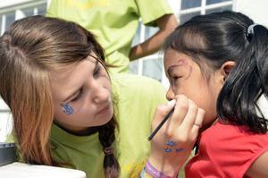 Nymålad. När Lina Billman är klar har Ester Moo en färgglad fjäril över hela ansiktet. Bild: JAN WIJK