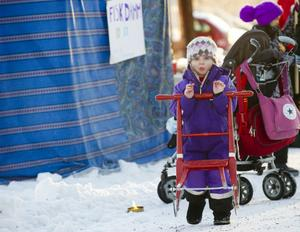 3-åriga Selma Fahlström-Johansson tog sparken och åkte runt bland marknadsstånden i Sundborn.