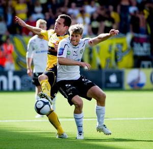 Martin Ericsson och Magnus Kihlberg i kamp om bollen.