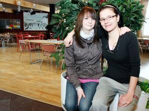 Sandra Ingridsson och Marika Johansson, avgångselever på omvårdnadsprogrammet på Hjalmar Strömer-skolan i Strömsund, gjorde ett annorlunda projektarbete – en maskeradbal för brukare och personal inom omsorgen. Den hölls i Oasen på Folkets Hus i Strömsund.