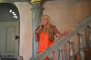 Proffssångerskan Caroline Jönsson gjorde entré i Hede kyrka från läktaren.