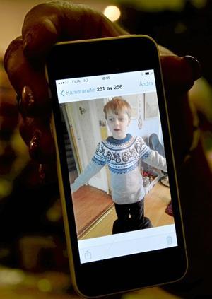 Grålle-tröja. Barnbarnet Melwin, sex år, fick en Grålle-tröja lagom till traktorträffen visar Annie Wennerström. Nu har den på sig varje dag berättar hon.