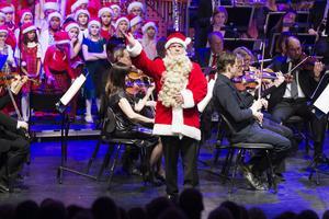 För elfte året i rad spelar och sjunger Gävle Symfoniorkester, Gävle Kulturskolas elever och Forsbacka Kammarkör in julen under ledning av självaste tomtefar i Jan-Åke Hilleruds gestalt.