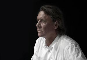 Peter Kihlgård gav 1998 ut textsamlingen Serenader. Nu, drygt femton år senare, kommer Serenader två.