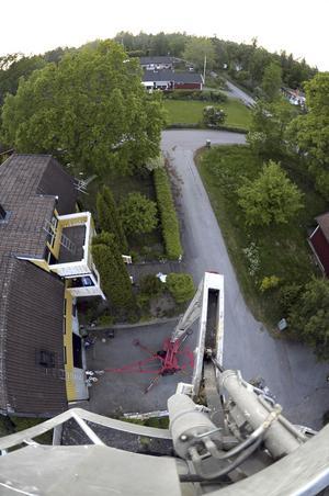Grannen målade om sitt hus via en skylift. Då frågade jag om jag kunde låna den och fotografera lite. 16m upp i luften var det rätt svajigt.