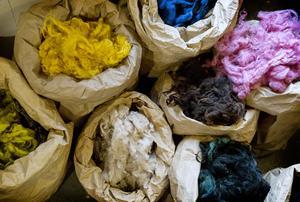 2000 kilo garn om året producerar verkstaden, av 4000 kilo ull från svenska får.