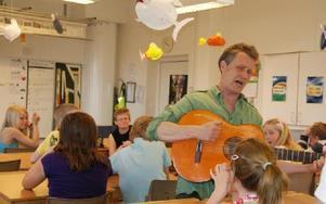Dan Höjer, barnboksförfattare, underhöll fyrorna i Kungsgårdsskolan med skämt, allvar och sång.FOTO: SYLVIA KJELLBERG