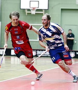 Johan Samuelsson och Marton Östholm i kamp om bollen.