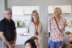 Färilabon Inge Sjölund är Kinnarps lokala säljare i Hälsingland. Här tillsammans med klasslärare Kajsa Olofsdotter Lundström och rektor Kjärstin Öhman.