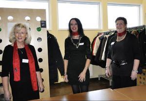 Socialchef Monica Grahn och hennes medarbetare Åsa Engman och Gunilla Schröder skötte garderoben:– Det är det bästa stället, då träffar man alla besökare först av alla.
