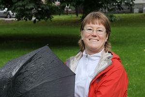 Samordnaren Catrine Jansson har rustat sig med paraply inför Folkhälsoväckan som drar igång nu på lördag. Förhoppningsvis behövs det inte under spänstarveckan. Vi kan ju alltid hålla tummarna.
