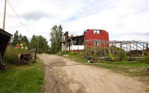 Hela övervåningen och taket på huset försvann i branden.