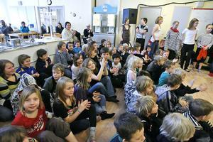 De yngre eleverna på Rosenvallskolan agerade publik när 4–5:orna gav föreställningen Trubadurmötet i himlen.