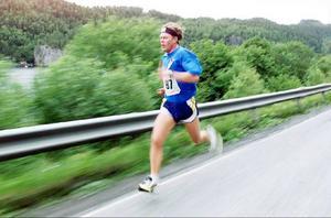 Han hade talang för att kanske bli minst lika bra på löparbanan. Här springer Mathias en tung sträcka för Jämtlamell under den fjärde dagen av St. Olavsloppet år 2000.