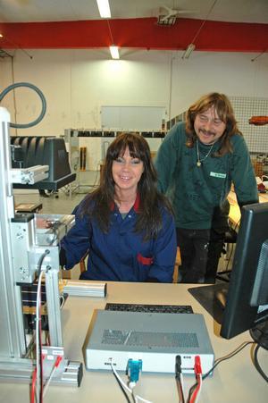 NYA. Carina Wenngren och Beat Toniolo är tillsammans med Tony Björklund de enda anställda vid fabriken. I april ska de vara tio.
