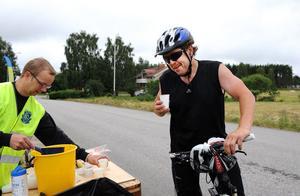 Mattias Wikström, som själv cyklar mountainbike i Bollnäs cykelklubb, bjöd Tommy Krug på sportdryck innan cyklade vidare.