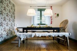 Vid det rejäla bordet ryms många matgäster. Den gamla korgstolen har funnits länge i familjen.