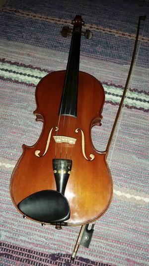Fiol är ett instrument som sägs vara svårt att allra först lära sig spela men som sedan blir allt lättare att traktera. Foto: Bodil Nylander.