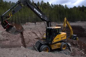 Djupt. Saneringsarbetet går allt djupare och skapar en allt större krater.