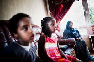 Leila Abdi (längst till höger) är gift med Mahdi Warsama Ahmed som tros ha blivit gripen i Somalia. Hans barn Samatar Abdi-Mahdi Warsama och Sagal Abdi-Mahdi Warsama (i mitten) syns också på bilden.