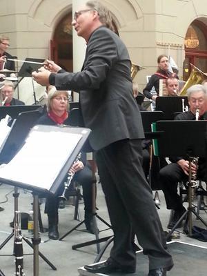 Thomas Gathe är en entusiastisk orkesterledare.