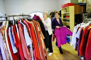 Frälsningsarmén har många rum fyllda med kläder och prylar till försäljning. Gunna Hedenborg och Birgitta Wasell hänger här upp blusar på ställningar.