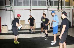 Henrik Petré instruerar ett gäng NHL-proffs i Gävle.