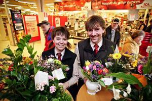 Malin Östberg och Stefan Pettersson tar över Ica-butiken i Bräcke. De har fått många blommor från kunder som gratulerat dem till att de är nya ägare.
