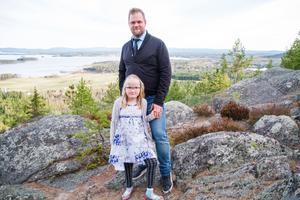 Chrille Sidfäldt på Avholmsbergets smygöppning tillsammans med dottern Tilja.